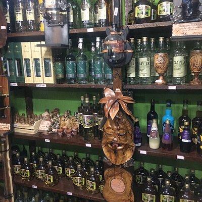 As diversas cachaças comercializadas e alguns produtos artesanais relacionados à bebida.