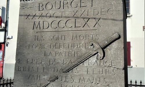 Face principale avec l'épée brisée et l'épitaphe