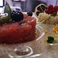 tartare di tonno e tartare di baccalà con aggiunta di frutti rossi e salsa si papaya