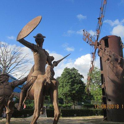 Again the figure of Sancho cast in Iron dominates the scene. De nuevo la figura ferrea de Sancho domina la escena.