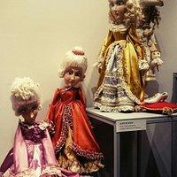Wystawa lalek w foyer. Warto podkreślić, że w teatrze działa również Piwnica Lalek, w której za drobną opłatą obejrzymy lalki z BTL-u.