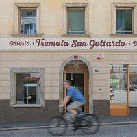 Il Bed&bike/Osteria Tremola San Gottardo si trova ai piedi della storica strada della Tremola, conosciuta anche come la Paris-Roubaix delle Alpi.