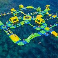 Structures gonflables géantes sur l'eau