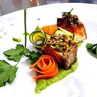 Salmone su Vellutata di zucchine al pepe bianco con granella di pistacchio