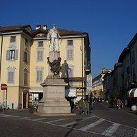 il monumento e, alle sue spalle, l'inizio di corso Vittorio Emanuele II
