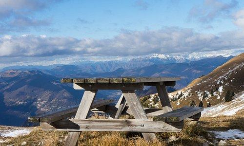 Una panchina, dove fare picnic (magari non d'inverno) sulla strada che conduce al Monte Guglielmo, il monte più caro ai bresciani. Su quel tavolino si pranza vista lago...e che vista!!