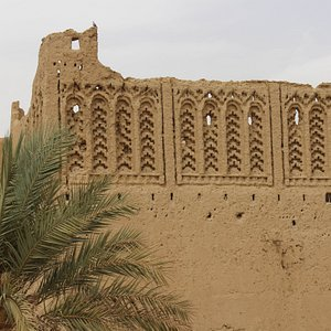 This wall is in the left side of the front gate of Mezguida it's one of the four towers that surround ksar Mezguida. welcome to Mezguida, Marhaba!