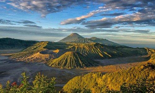 Gunung bromo merupakan salah satu tempat wisata yang sekarang menjadi primadona untuk di kunjungi para wisatawan dari dalam maupun luar negeri.  Berlokasi di Jawa timur