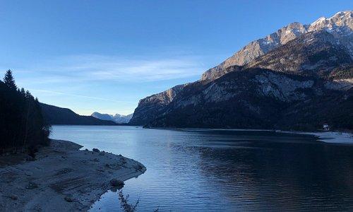 Il lago di Molveno è racchiuso tra le Dolomiti del Brenta e la Paganella. Un ambiente naturale e molto selvaggio adatto a trekking ma anche agli sport invernali grazie agli impianti di risalita presenti nel centro abitato di Molveno.