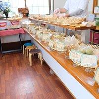 小さな店内はパンのいい香り!イートインスペースはなし!