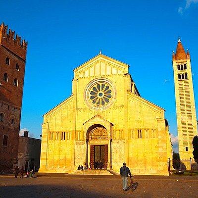 questa è l'entrata principale della basilica di san zeno a verona