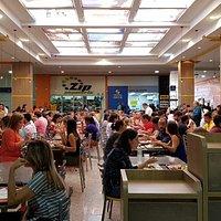 Praça de alimentação no SIA trecho 4, restaurantes diversos.