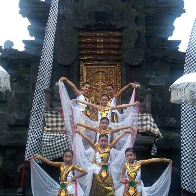 Balinese dance at Pura Agung Giri Natha