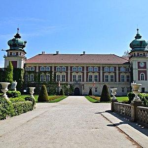 park zamkowy z widokiem na zamek
