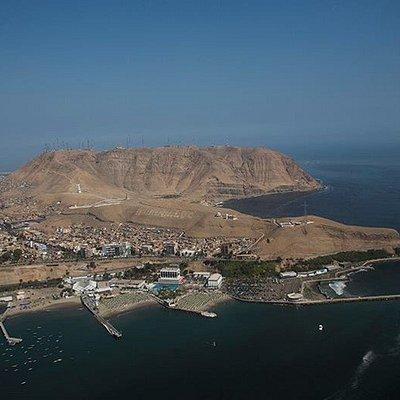 Foto aérea de Alto Perú, ubicado en las faldas del Morro Solar. Se pueden ver también las playas de Chorrillos, el muelle de Pescadores y la Herradura.