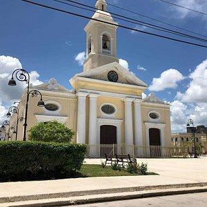Bella iglesia en la Plaza Central