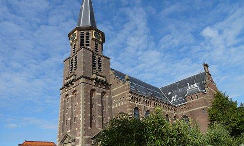De 19de eeuwse Grote Kerk te Hoorn uit  1881-1883 van architect C. Muysken als vervanging van de 19de eeuwse kerk die in 1878 was afgebrand.In 1838 werd de oorspronkelijke Middeleeuwse Grote Kerk van Hoorn door brand vernietingd