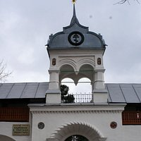 Центральный вход на территорию Кедровой рощи в Толгском монастыре.