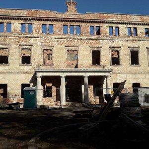 Ruiny pałacu w trakcie prac zabezpieczających