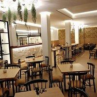 Situado en pleno centro de Sevilla. A 100 metros del Museo de Bellas Artes de Sevilla. El lugar ideal para conocer la gastronomía andaluza.