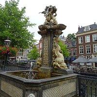 17de eeuwse Fontein van architect jacob Roman uit het jaar 1693 op de Vismarkt bij de Koornbrug Leiden