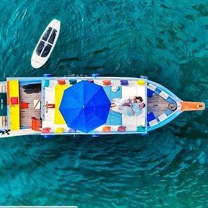 O paraíso de PARATY te espera para viver momentos inesquecíveis e com grandes experiências! O Barco Brulu, comandado pelo Mestre Daniel te levará para explorar as mais belas ilhas e praias da baía de Paraty na Costa Verde do RJ.