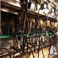 Ferme familiale très sympathique où on peut acheter des fromages fermiers, voir la traite des vaches et boire du lait tout frais. Super avec des enfants!!