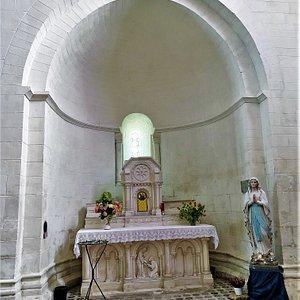 Le clocher octogonal placé au dessus du transept de cette église Saint-Pierre est un repère pour situer le centre du bourg.  L'église est accueillante et son état est superbe. Elle a été restaurée récemment à l'intérieur comme à l'extérieur grâce à un ambitieux programme qui dura trois ans.