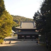 下り参道の向こうに見える仏殿