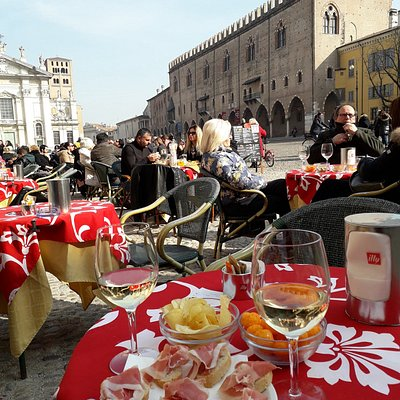 ...aperitivo in Piazza SORDELLO...