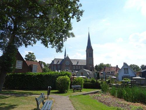 19de eeuwse Sint Urbanuskerk te Ouderkerk uit 1867. Deze kerk werd ontworpen door architect Pierre Cuypers. Deze foto is genomen vanaf de tuin van de 18de eeuwse Amstelkerk uit 1775 gelegen tegenover de Urbanuskerk