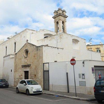 La parte posteriore della chiesa e l'oratorio del XVII secolo