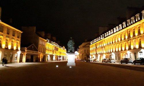 La place Saint-Saubeur durant la nuit