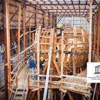 Construcción de un ballenero del siglo XVI en directo bajo el patrocinio de la UNESCO. 28 metros de eslora.