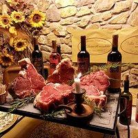 bistecche di carne chianina con vino locale degustate in taverna a lume di candela