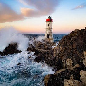 Faro di Capo Ferro. Porto Cervo. Situato in  località capo ferro a nord della Sardegna. Ci si arriva seguendo un sentiero lungo la scogliera di rocce che scendono a picco sul mare, se ci si lascia catturare dal paesaggio sembra quasi di essere tra  le lande scozzesi.Tappa obbligata  Da visitare .
