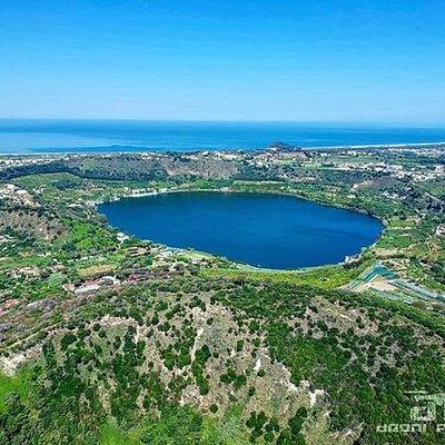 Foto scattata con il drone dall'Oasi Monte Nuovo, parco pubblico adiacente al lago d'Averno