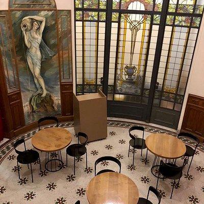 """El hall de espera es el espacio que mas nos gusta y lo llamamos """"OVALO"""". Increibles detalles de Art Nouveau que evidencia esta increible construccion de 1900"""