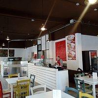 La nostra pizzeria, nonostante sia da asporto, ti dà la possibilità di poter assaporare i nostri proddotti sul posto appena sfornati