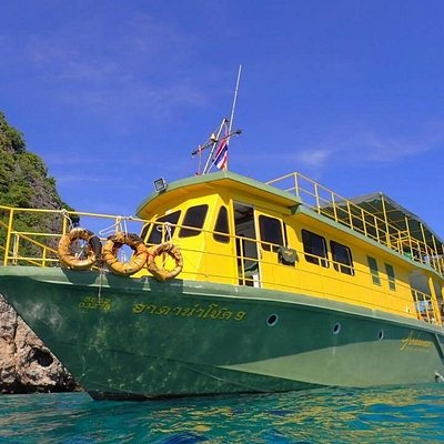 Andaman Dive Adventure Lanta's big boat ADA9 brings divers in comfort from Ko Lanta to the dive sites at Koh Ha, Koh PP, Koh Bidas and Hin Daeng and Hin Muang
