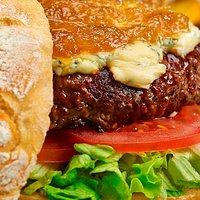 Pepita Summum: Burger de buey con queso azul, lechuga, tomate y cebolla caramelizada en pan artesano