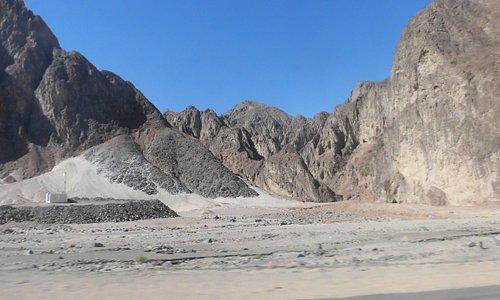 海岸近くの岩山地帯