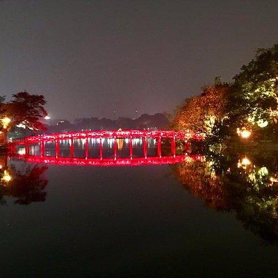 Incantato, incantevole, magico hoan kiem lake, hanoi, vietnam.