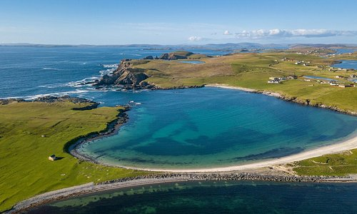 Shetland has almost 1,700 miles of coastline, carved from a geology that's astonishingly complex. You can find boulder-strewn storm beaches as well as many stretches of white or golden sand beaches just like this one 😍