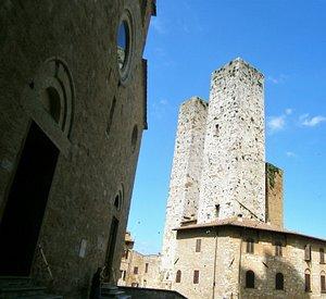 Torre Salvucci Maggiore vista da P.zza Duomo A view of the tower from Piazza Duomo
