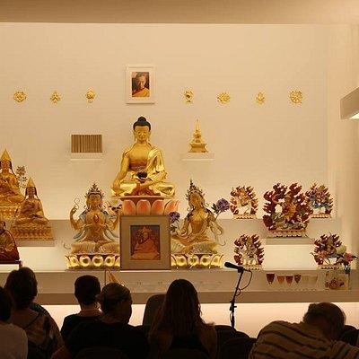 Altar con estatuas muy cualificadas de Budas y otros elementos budistas muy significativos. La mera contemplación de la imagen de los Budas crea unas impresiones en la mente muy positivas para quien las contempla.