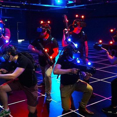 自由行動的虛擬體驗(FRVR)可讓玩家與同伴可在虛擬國度裡自由探索,擺脫一般VR裝置的束縛,無拘無束地靈活走動,沉浸於彷彿身歷其境的虛擬國度之中。Free-roam virtual reality (FRVR) lets you and your friends explore virtual worlds like you do real life.