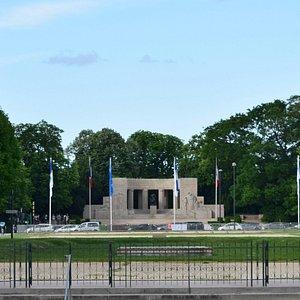 Monument aux Morts de Reims. В перспективе Аллеи Высоких Прогулок (Les Hautes Promenades).