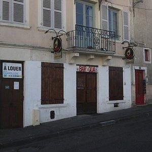 Il se situe en face de la Saône sur les quais - La façade extérieure