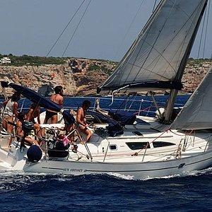 Navegar a vela es una experiencia inigualable, el viento haciendo avanzar el barco, el trabajo en equipo que hace posible que el velero avance. Vivir el mar desde otra perspectiva.